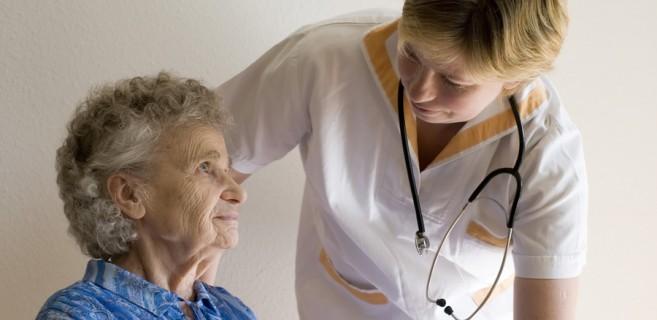 auxiliaire de vie pour une personne atteinte d'Alzheimer